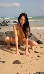 Красотка раздвигает ножки на пляже