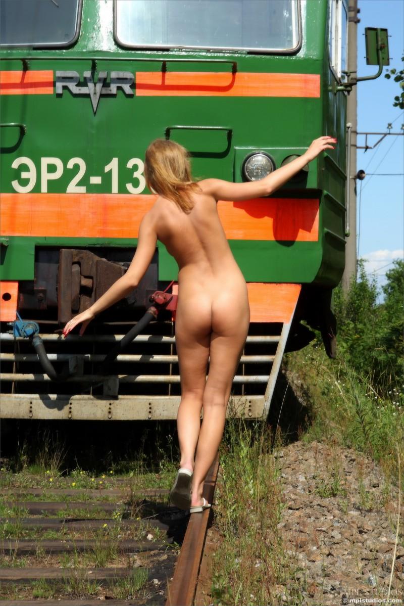 Развратные русски бабы голышом у поездов