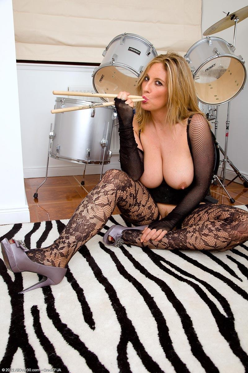Голая барабанщица с большими сиськами