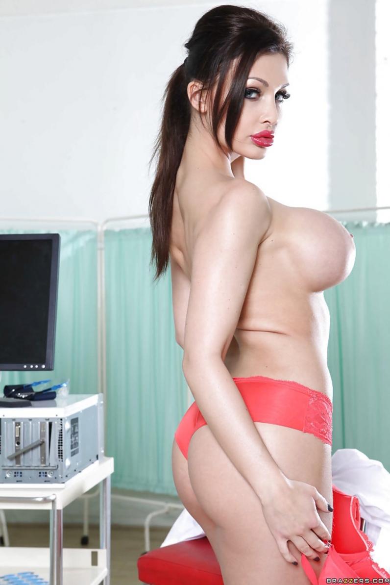 Похотливая медсестра с красивой попкой и большими сиськами