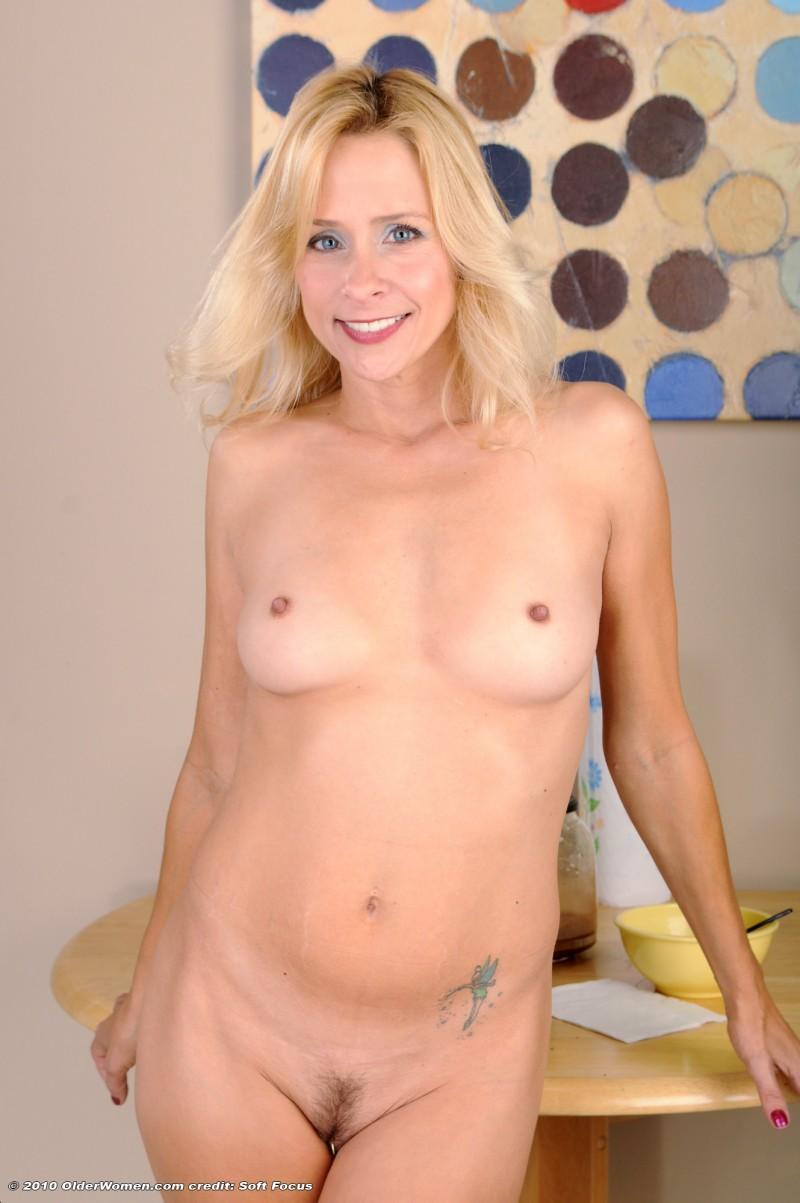 Худощавая телка с волосатой вагиной