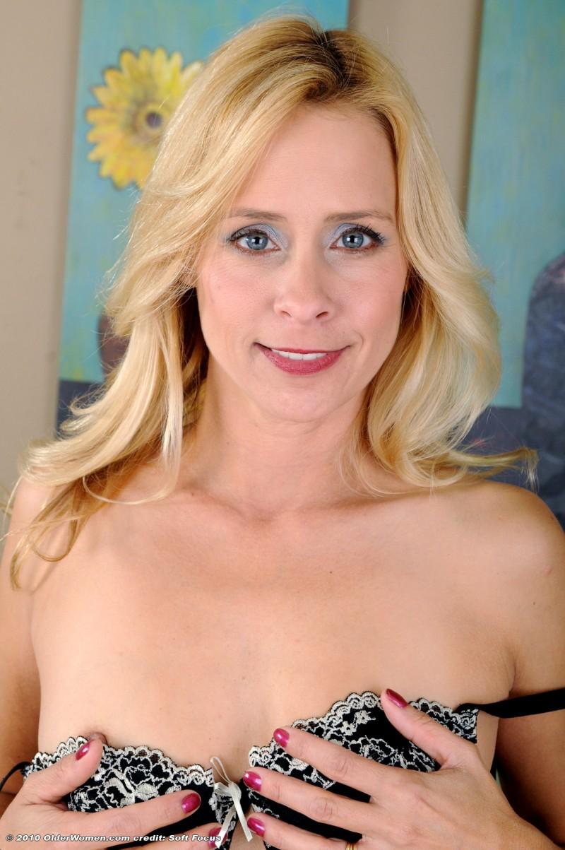 Блондинка мастурбирует на камеру