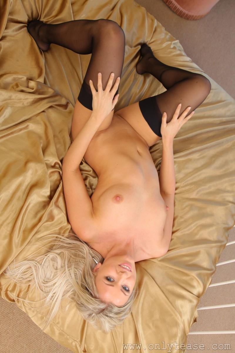 Бритая вагина блондинки в чулках
