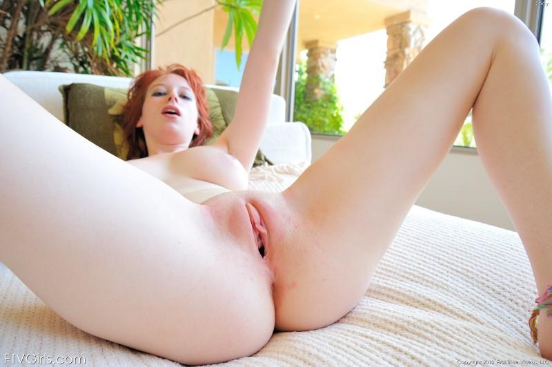 Рыжеволосая сучка с красивой вагиной