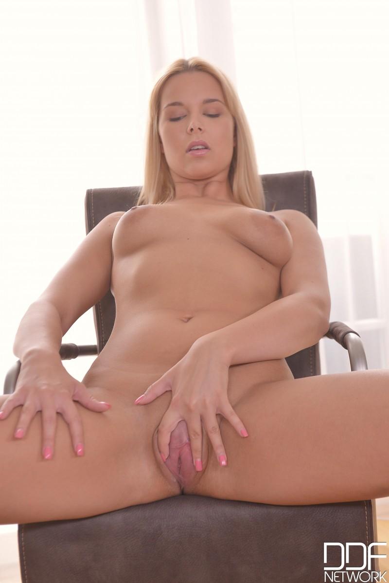 Блондинка раздвинула ноги на кресле
