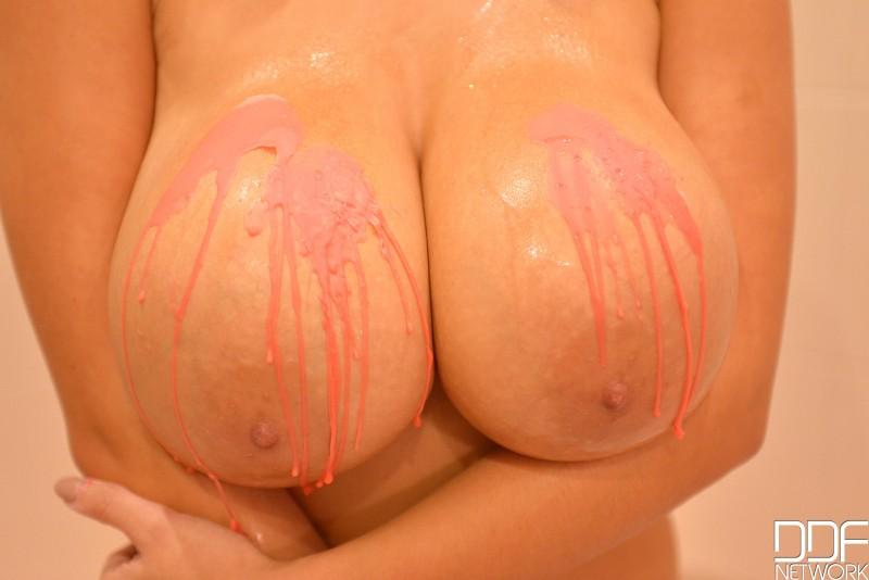 Шикарная намыленная грудь
