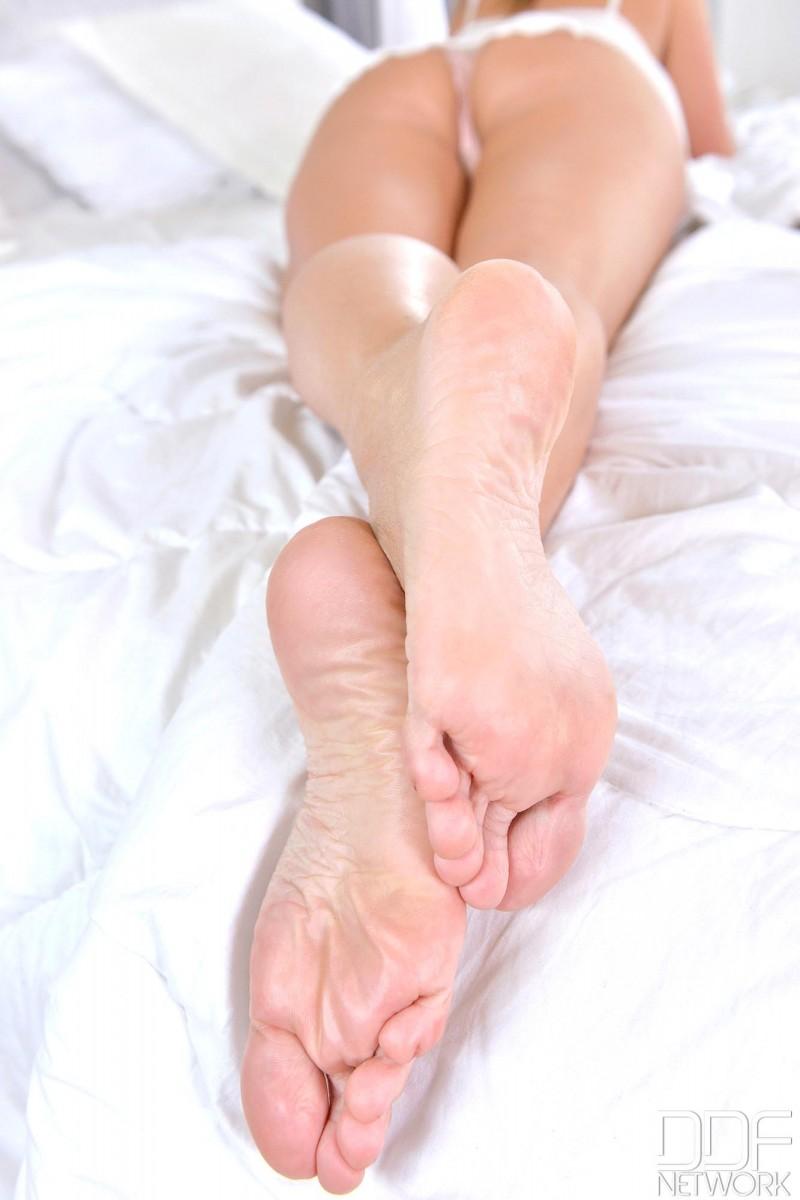 Шикарное тело на белоснежной постели