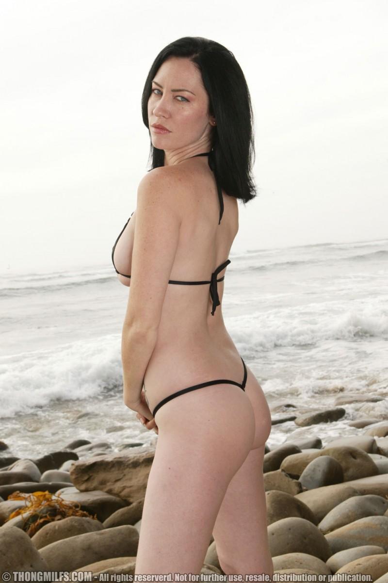 Шикарная зрелая телка раздвигает ноги на пляже