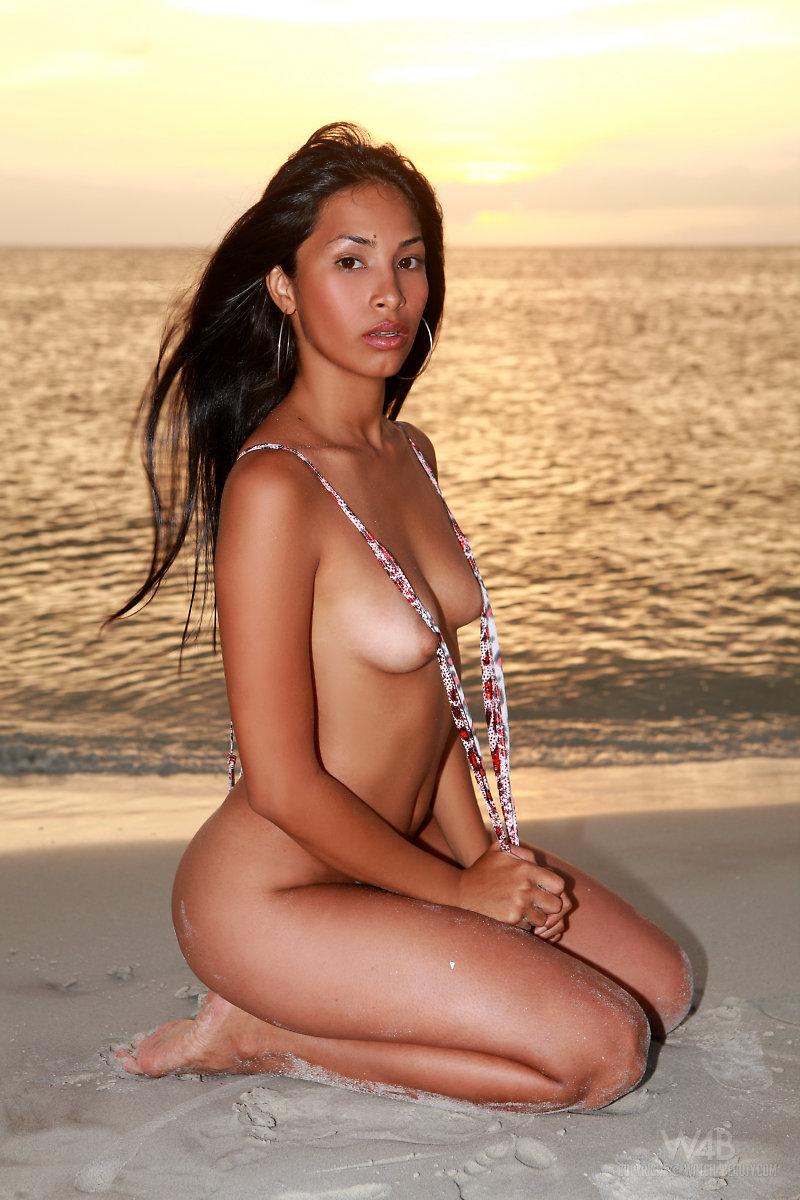 Голая бразильянка на пляже