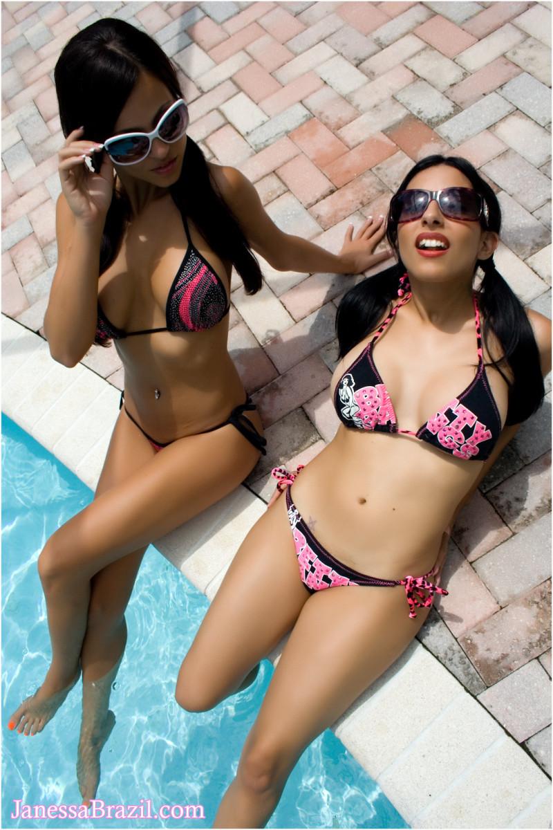 Жгучие бразильянки купаются в бассейне