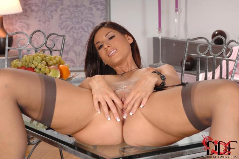 Красивая девушка с красивым телом на столе