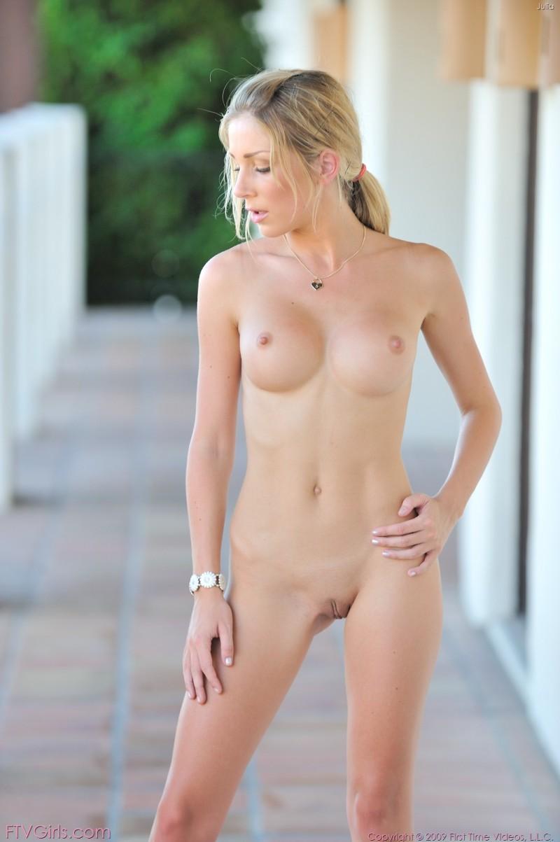 Красивые сиськи и нежная писька стройной блонды