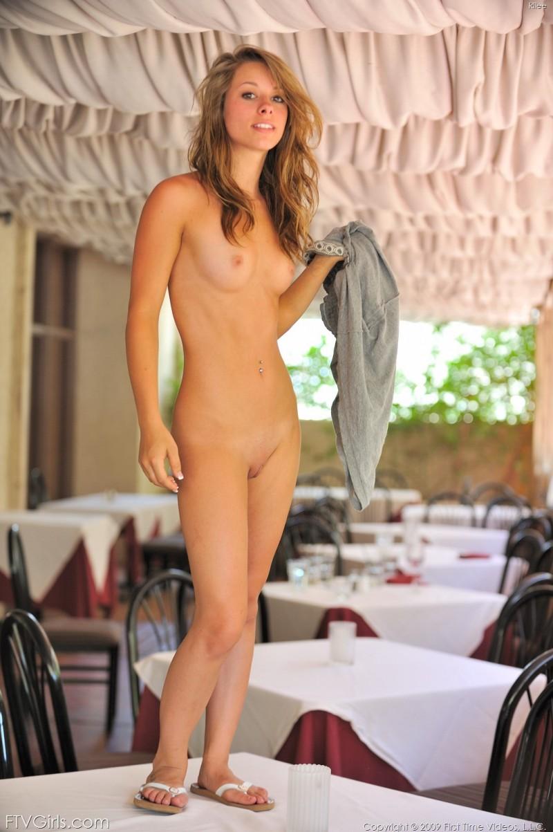 Смелая телка с маленькой грудью на столе