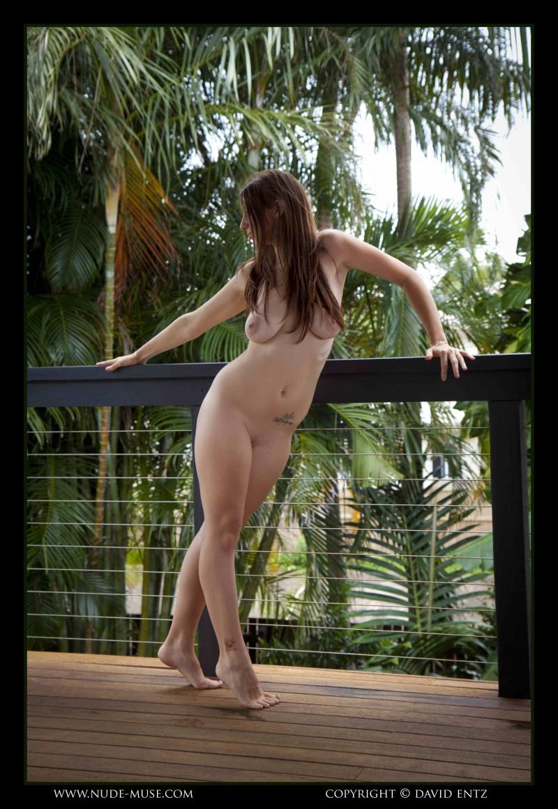 Телка с натуральными сиськами на фоне пальмы