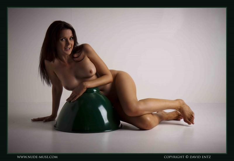 Сексуальная девушка прикрыла попку вазой