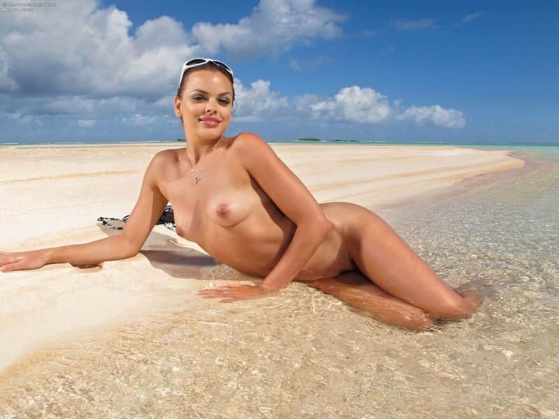 Море, пляж и красивая пизда