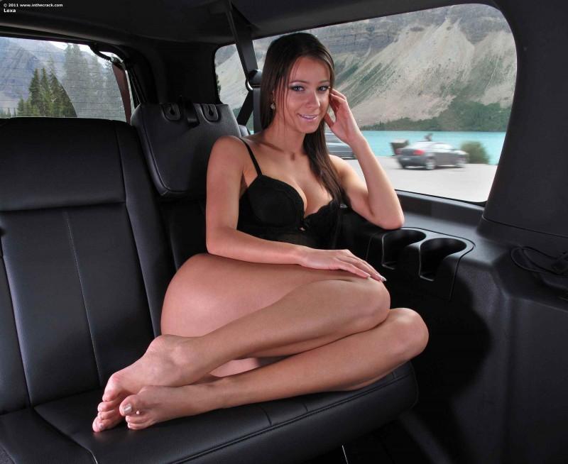 Красивая попка у дорогого автомобиля
