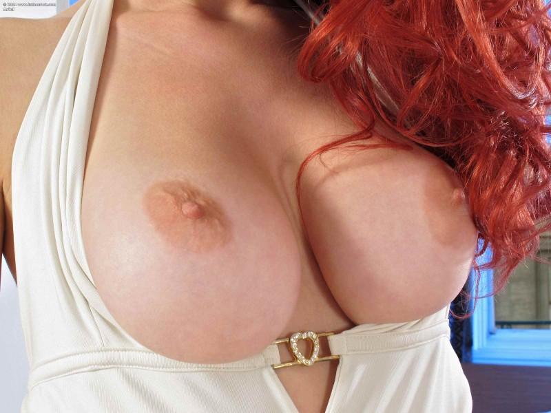 Большие дойки рыжеволосой красотки