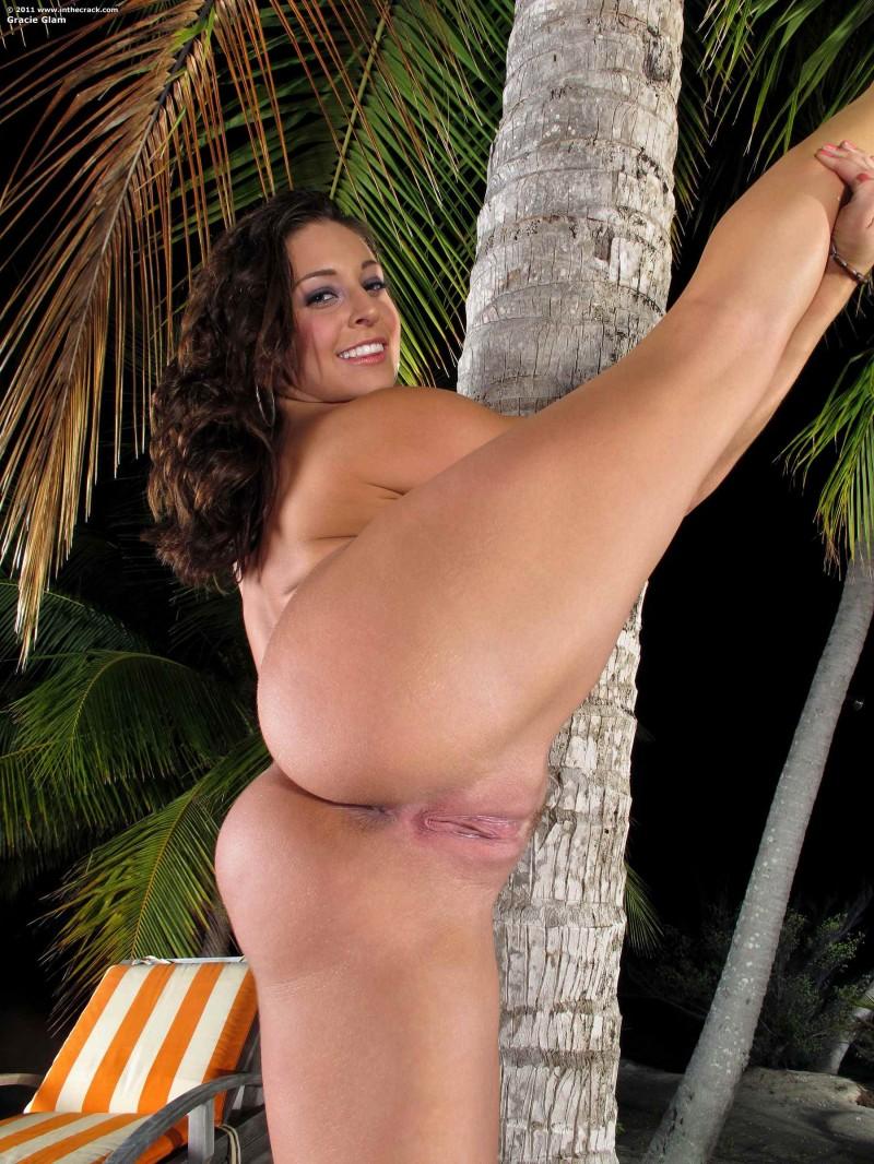 Сочная попка у пальмы