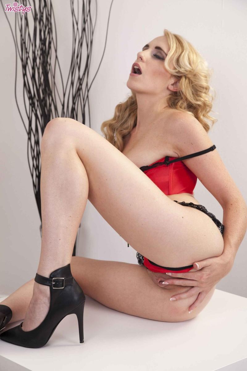Изящная блондинка с красивыми сиськами