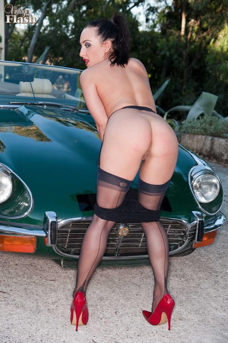 Шикарная попка у ретро автомобиля