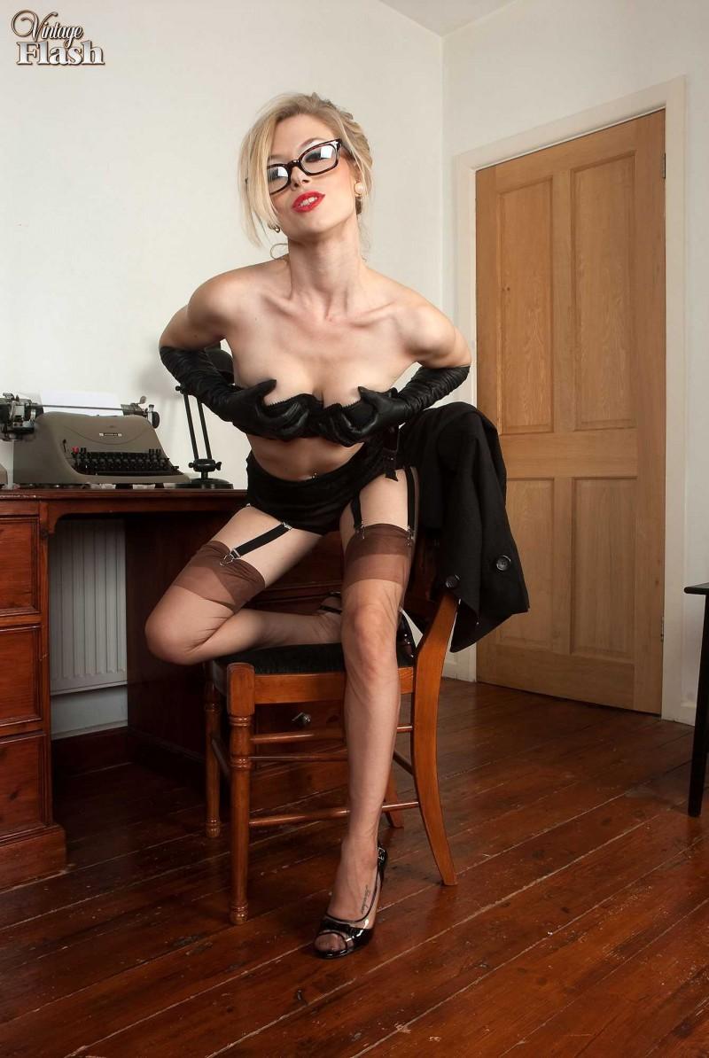 Сексуальная женщина с голой киской