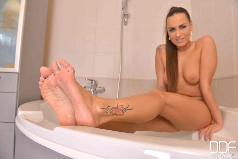 Красивая пизда в теплой ванной