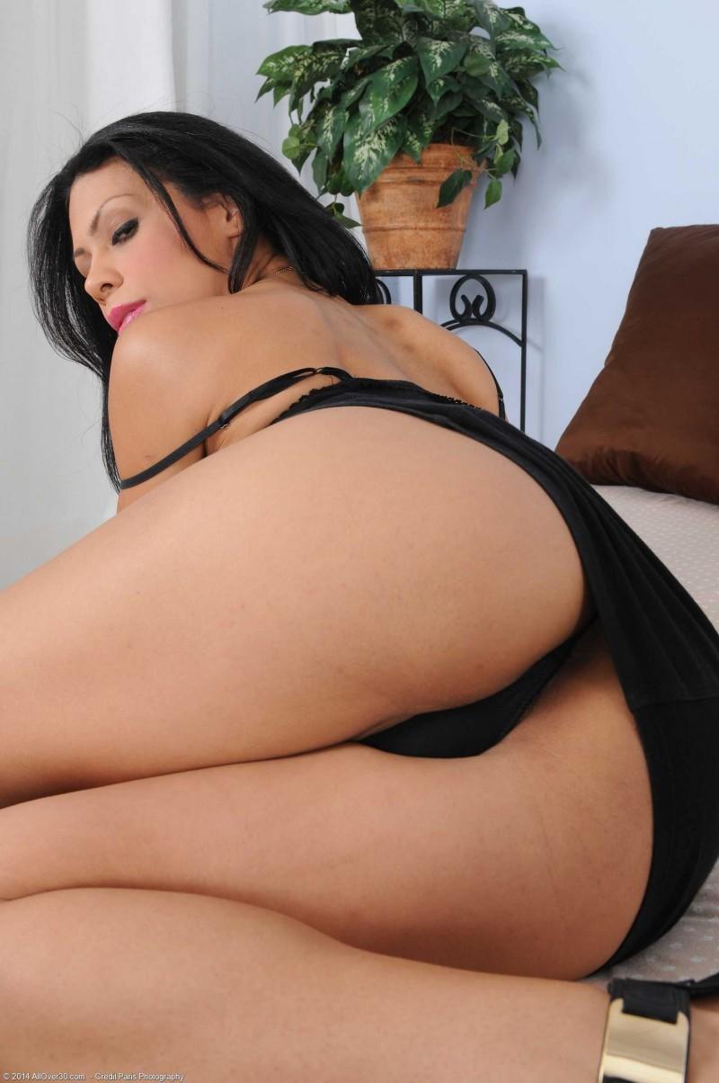 Страстная голая сучка с голой задницей