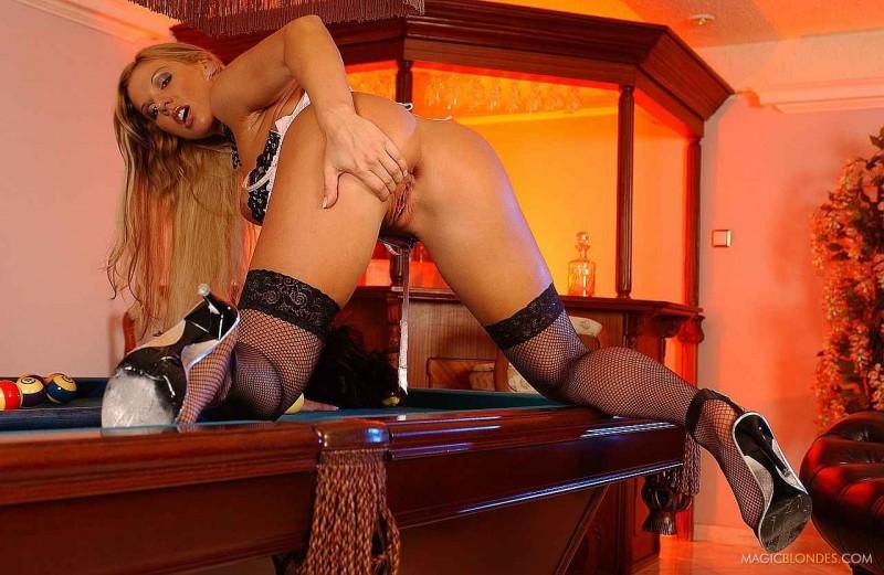 Красивая вагина нежной блондинки