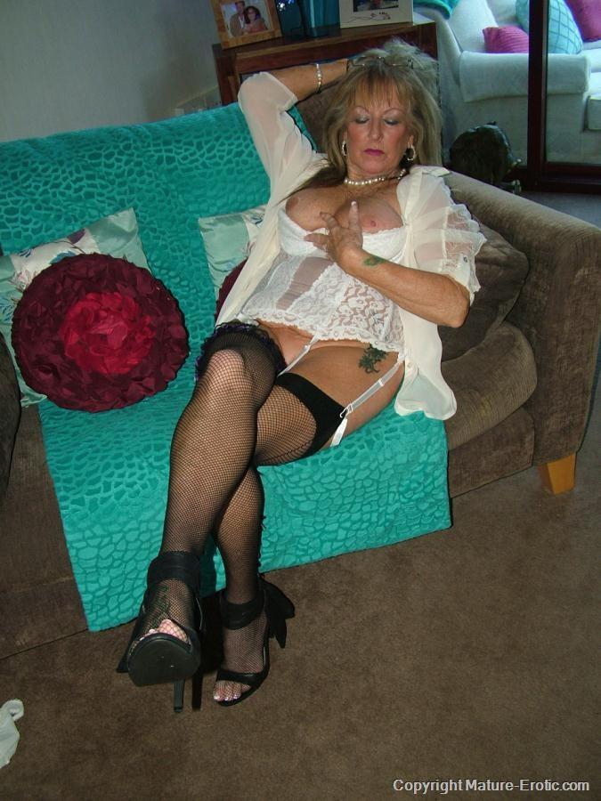 Зрелая мадам показала письку