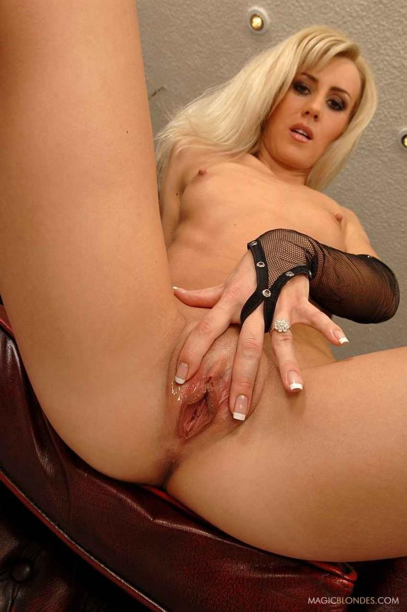 Изящная блонда с маленькими сиськами