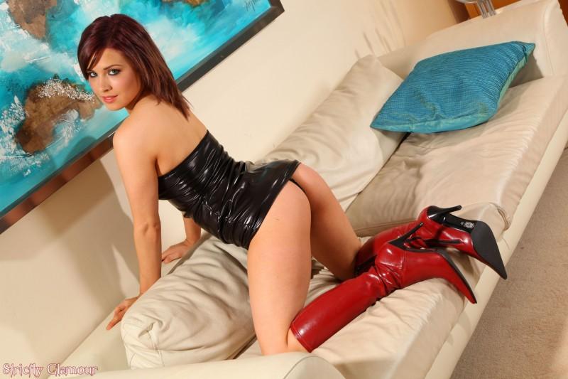 Сексуальная девушка в красных сапожках