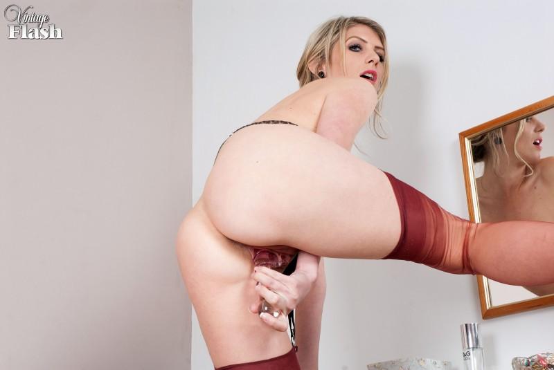 Шикарная блонда в красных чулках