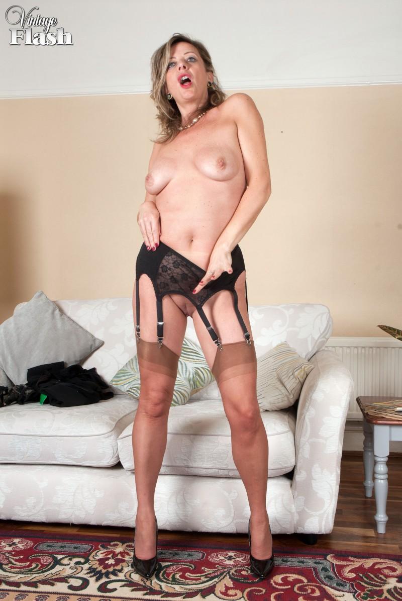 Зрелая женщина за 40 с висячими старыми сиськами