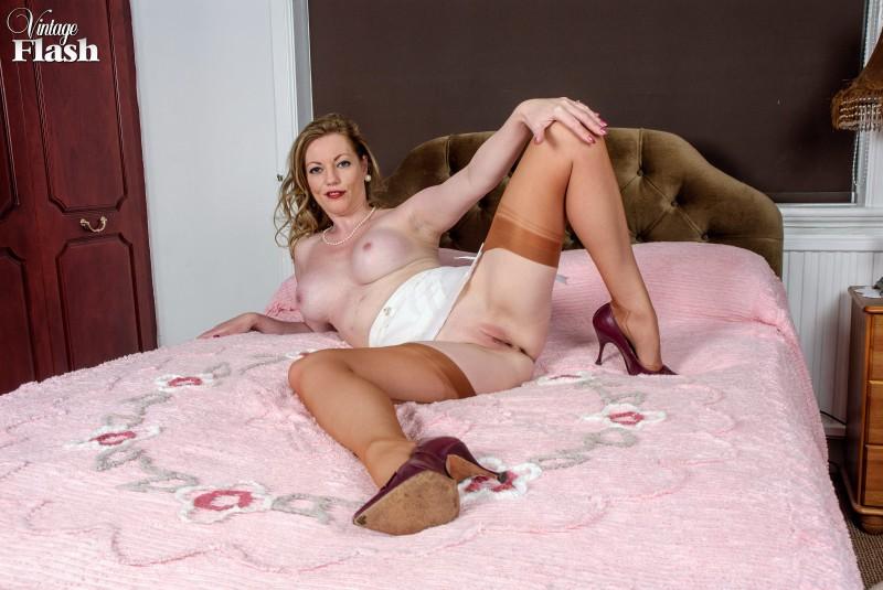 Сексуальная женщина с бритой писькой