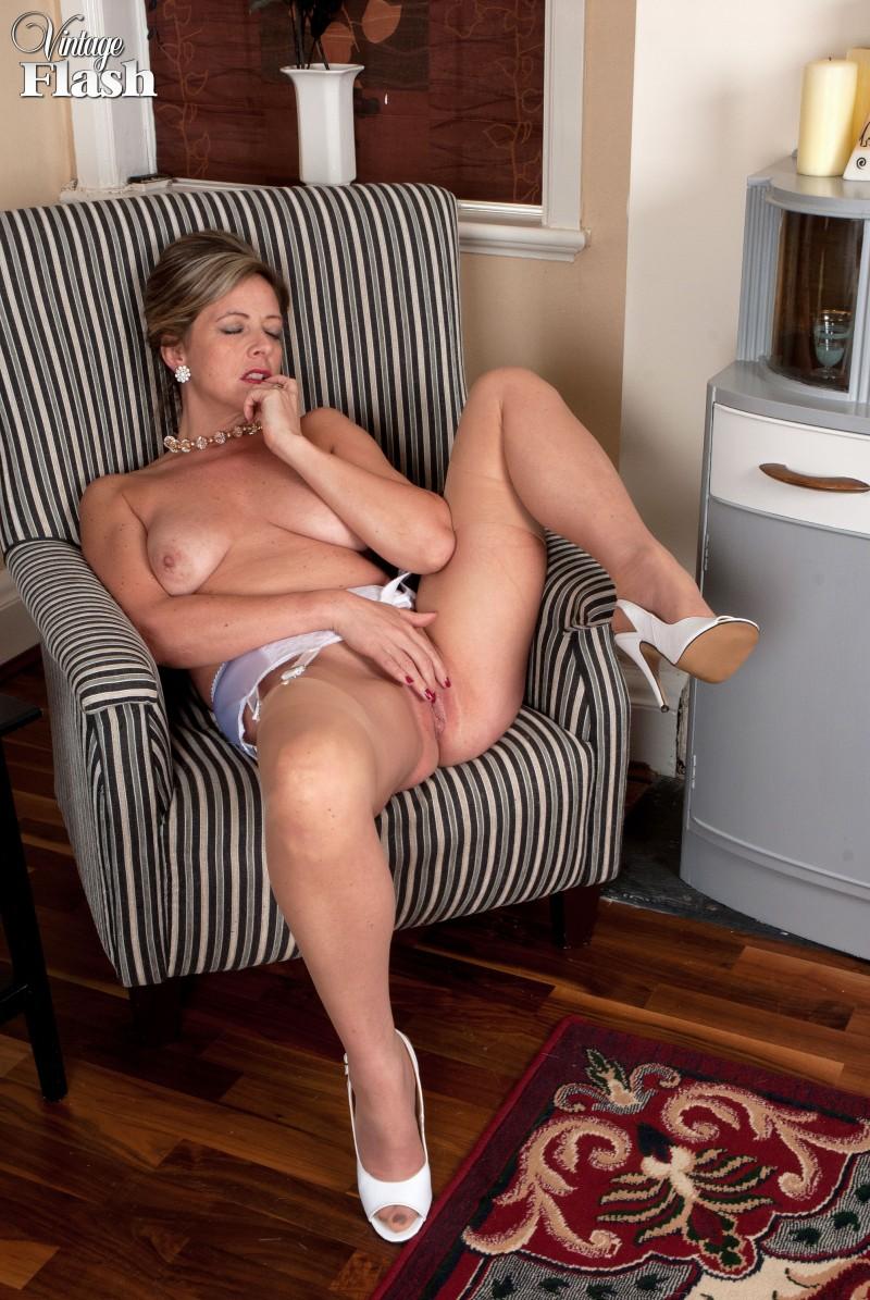 Взрослая женщина показывает свои зрелые сиськи