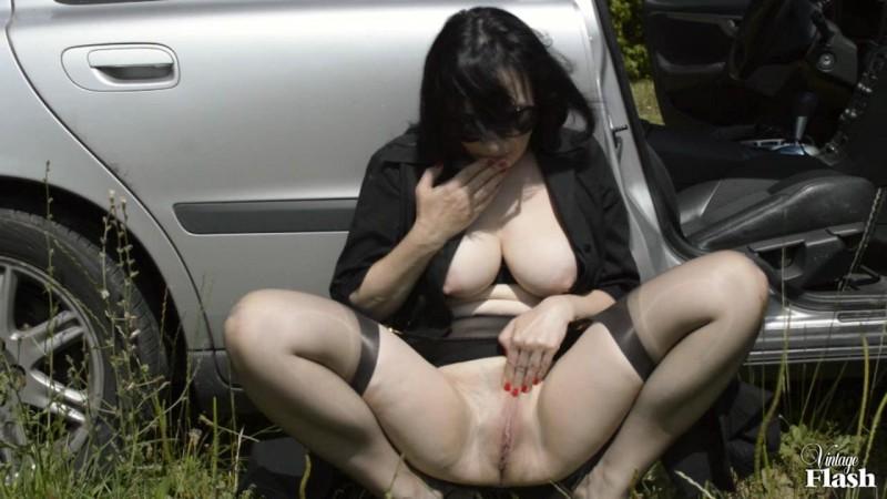 Брюнетка и её большие сиськи