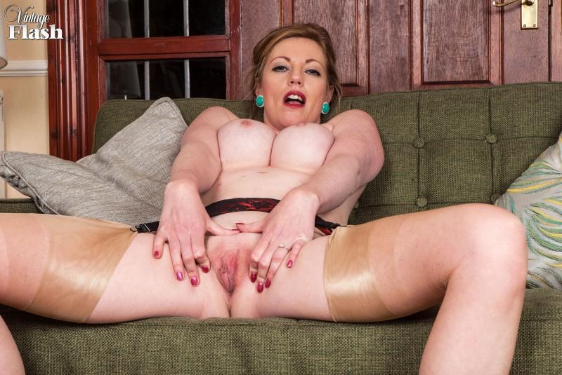 Шикарная мамаша с большими сиськами