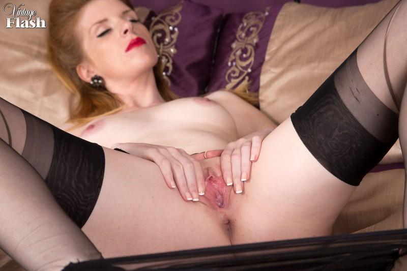 Сексуальная шатенка в черных чулках