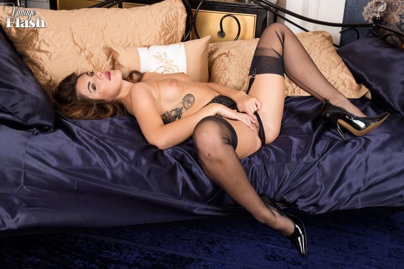 Сексуальная девушка в черном белье