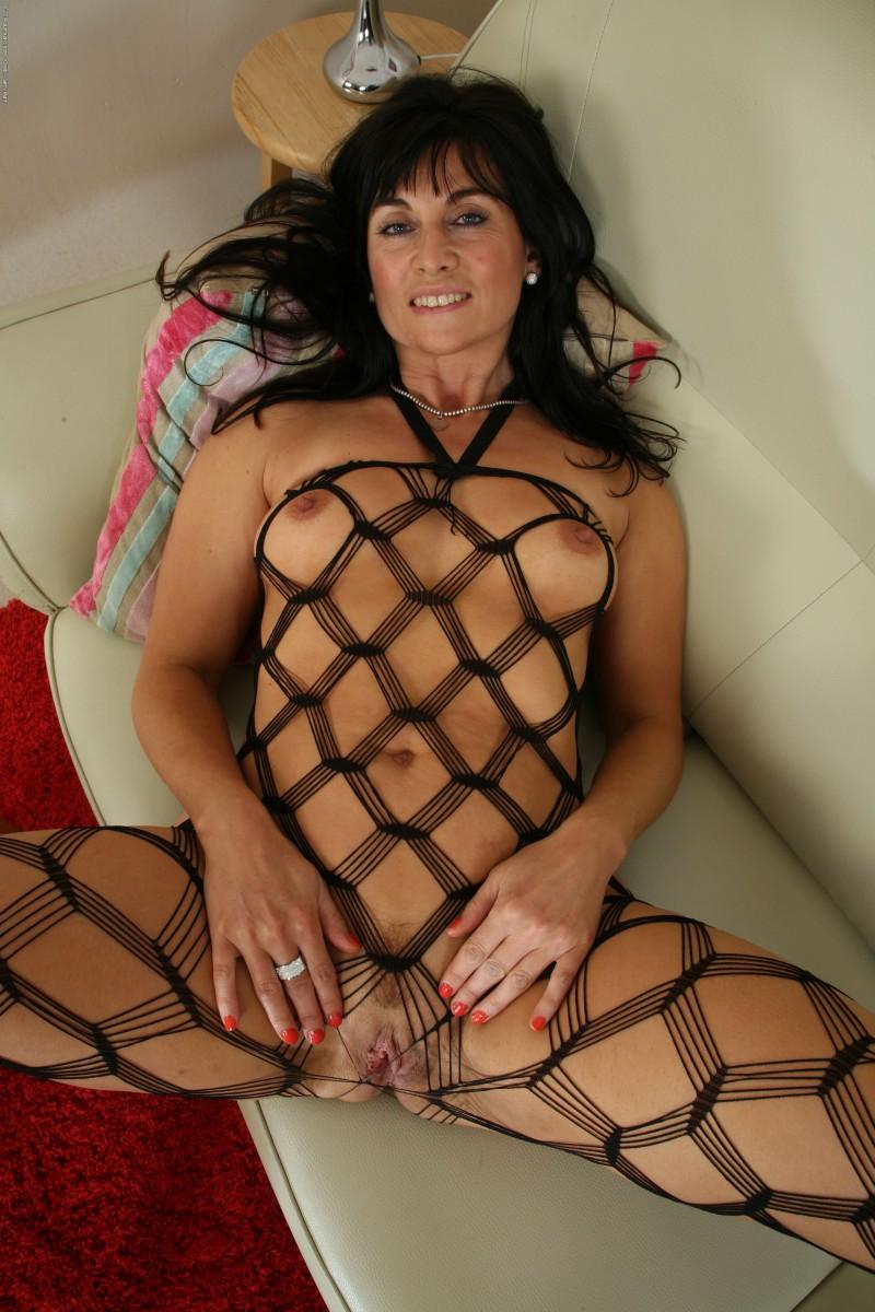 Сиси писи в вызывающем белье голой зрелой женщины