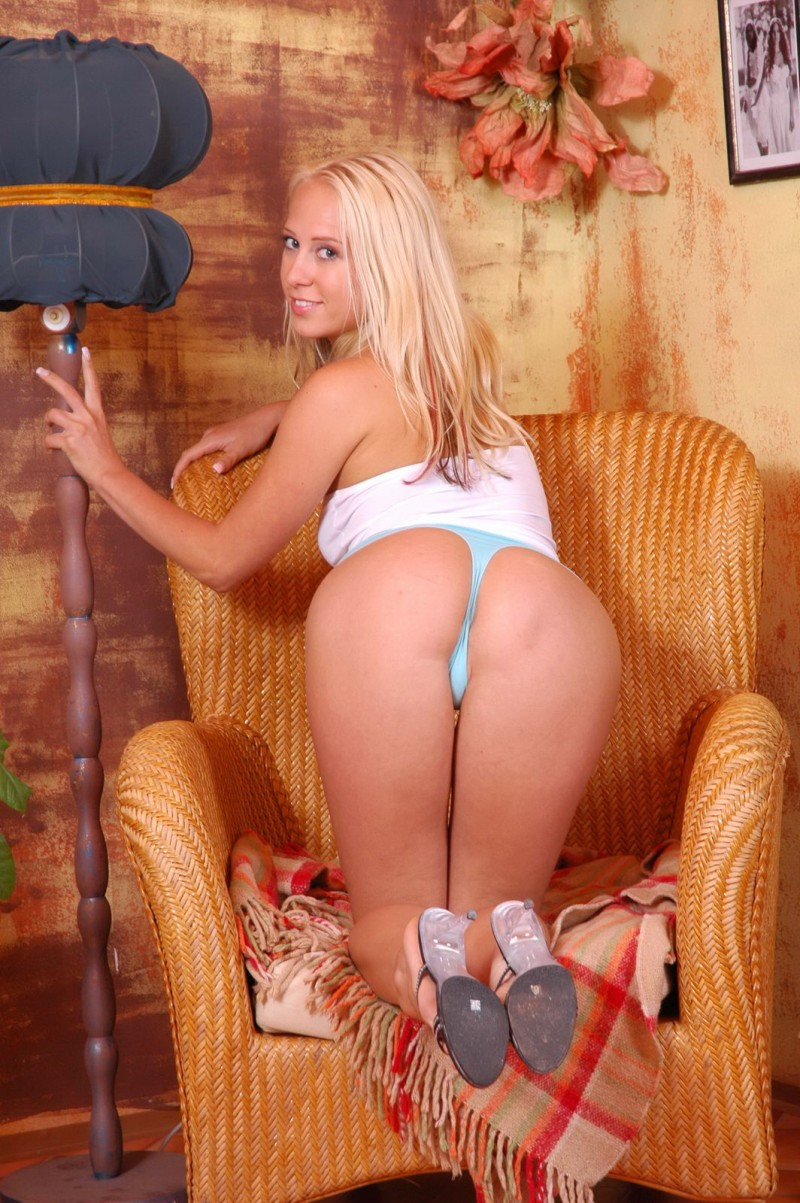 Красивая пизда элегантной блондинки