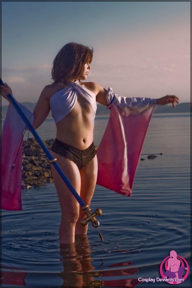 Сучка с возбужденными сосками на пляже