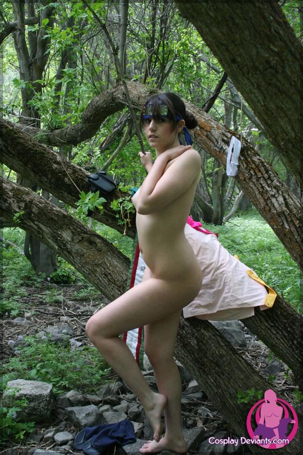 Голая мадам в лесу