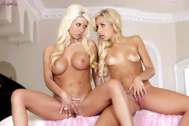 Две развратные блондинки
