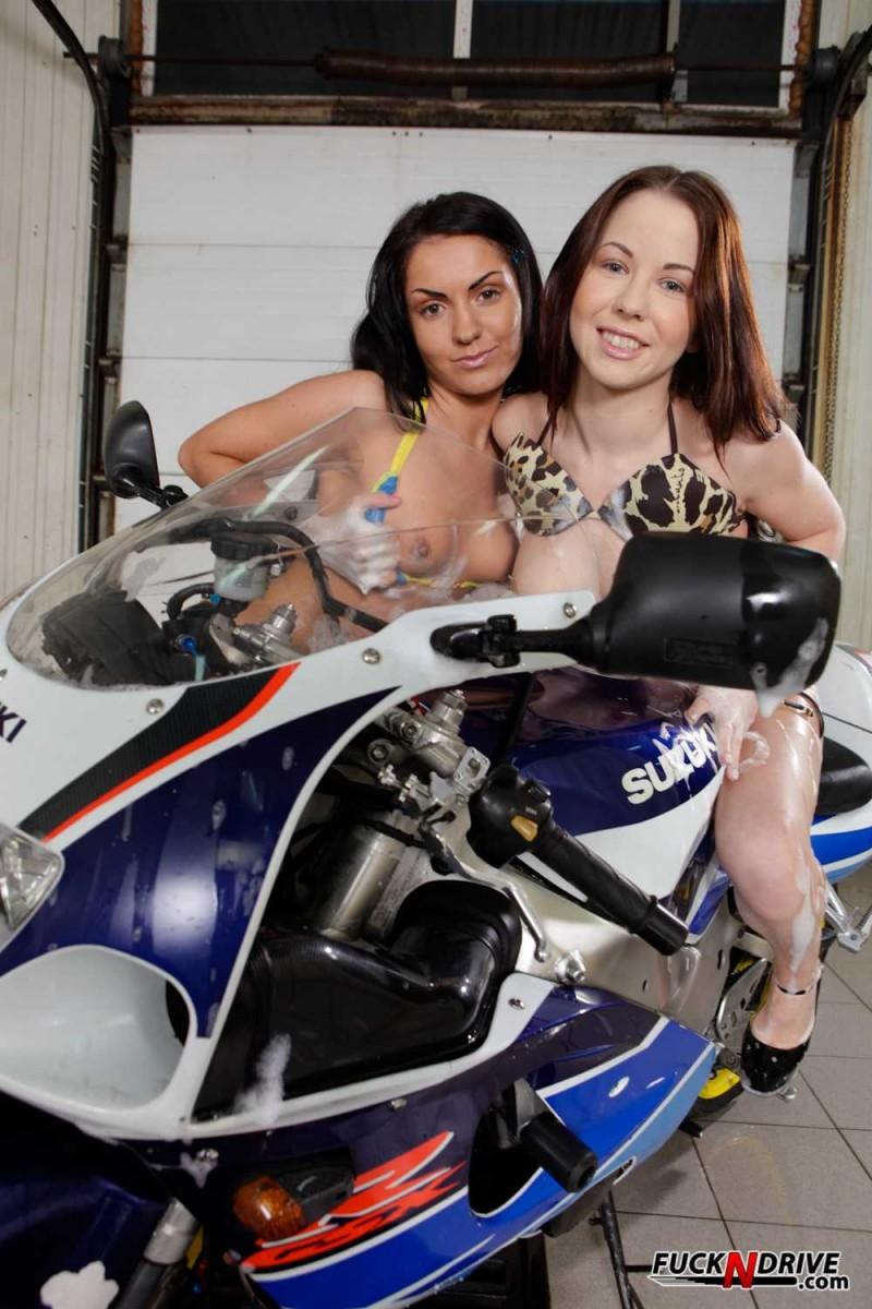 Голая красотка на мотоцикле