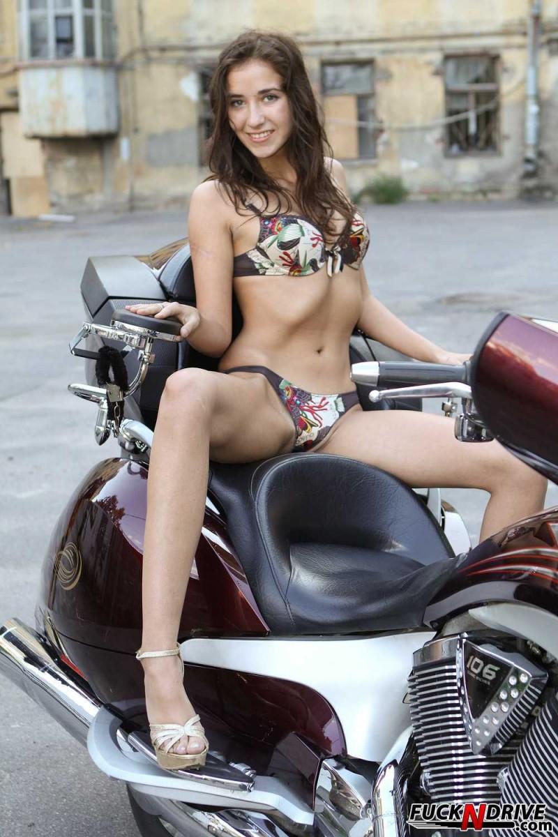 Мокрощелка на мотоцикле