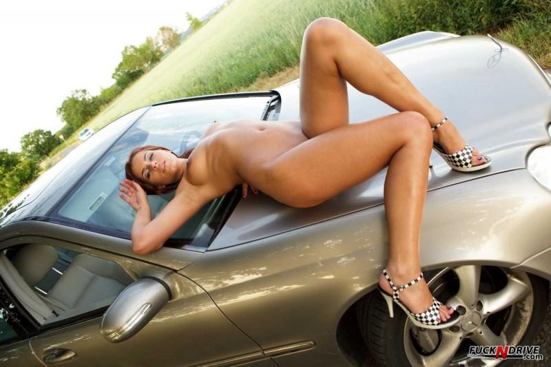 Сексуальная нудистка у автомобиля