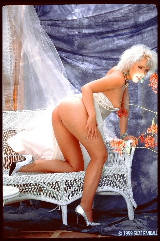 Голая блондинка с упругой попкой