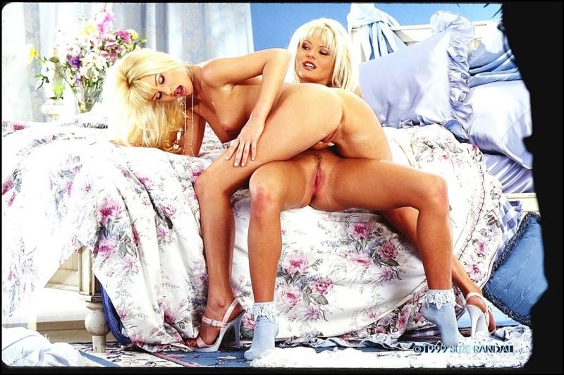 Две сексуальные голые блондинки